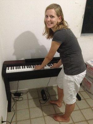 Damaris mit ihrem E-Piano... :-)
