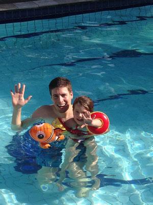 Jael & Tobias im Pool