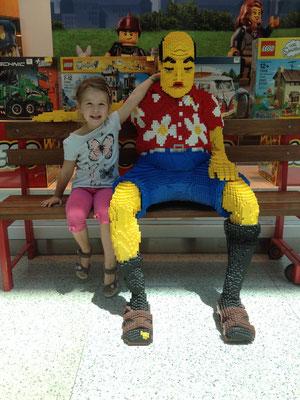 Jael neben einem riesigen Lego-Mann.