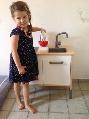 Jael mit ihrer Küche... :-)