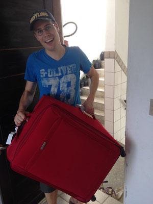 Tobias beim Koffer transportieren