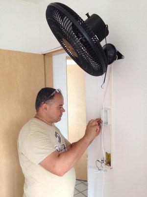 Unser Freund Daniel am Ventilator montieren