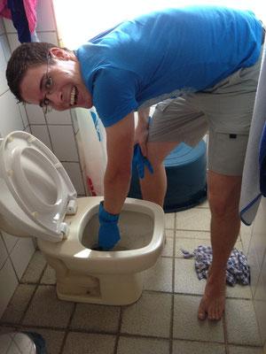 Tobias beim Entstopfen der Toilette... :-)