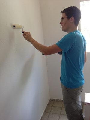 Tobias streicht die Wände im Kinderzimmer