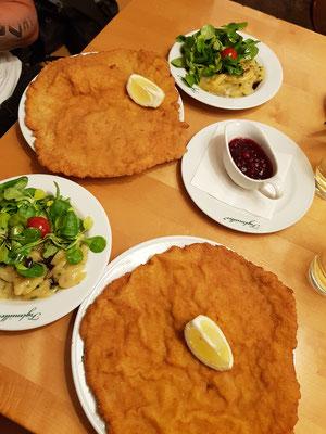 Wienerschnitzel im bekannten Restaurant Figlmüller