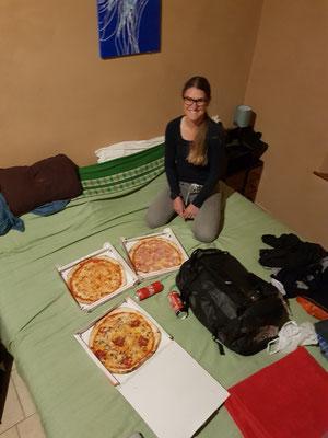 Wenn man mehr als 100km am Tag fährt, gibt es am Abend Pizza...also 3 Stück für 2 Personen ;)