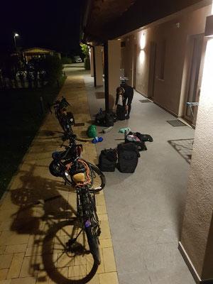 Um 5 Uhr morgens gepackt für die Weiterfahrt zur Schweizer Grenze