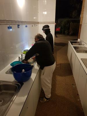 Camperlife: die Jungs beim Abwasch