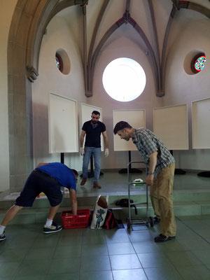 Aufbauen in der Kirche. Bruno, Hadi und Röbi