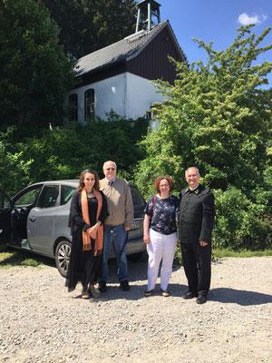 Die Ansprechpartner vor der Kapelle in Bad Grund: Daniela Rutica, Prof. Dr. Rainer Hannig, Sabine und Pfarrer Michael Henheik. Foto: Bischof Damian