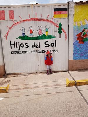 Marta vor ihrem Kindergarten