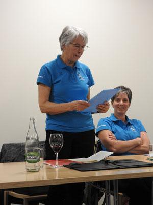 Doris Raschle verliest den Jahresbericht des FrauenFit
