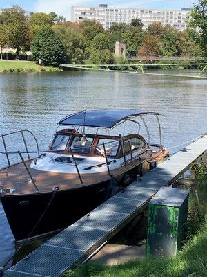 Motoryacht Rapsody 29 mit acht SOLARA Solarmodulen Typ Solara M-Power Serie S 505M34