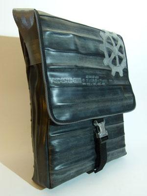 Messenger-Umhängetasche-Tasche-recycelt-Fahrradschlauch-Lederapplikation-Reflektor-Zahnrad-Marion Kienzle Upcycling & Design-Unikat-nachhaltig-