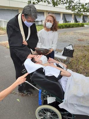 2020年6月26日(金)午前 望さんの洗礼式 父と子と聖霊との名によって 三度、按手によって水がそっと置かれました。医療スタッフはちょっとはらはらだったかもです。