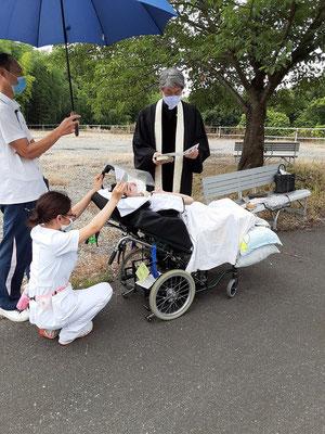 2020年6月26日(金)午前 望さんの洗礼式のために、お世話になっている病院にて。看護師さんと指導員の方がずっとこの形でお支え下さいました