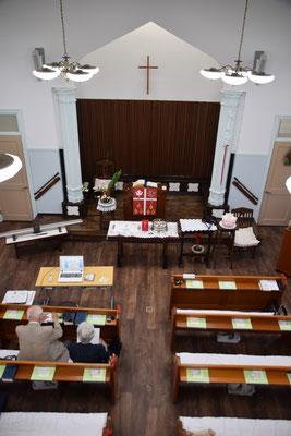 2020年5月31日 ペンテコステ・聖霊降臨日 三週にわたる会堂改修工事を終えて最初に着席されたご夫妻の姿も見える礼拝堂です。