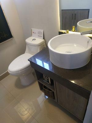 Baño con lavabos de marmol en Katavia Residencial, Apodaca