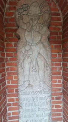 Grabmal Till Eulenspiegels in einer Nische an der Außenseite der Möllner St. Nicolai Kirche