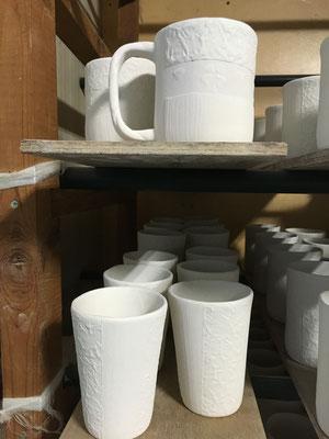 ハートとクローバーを描いた和紙柄アレンジの新バージョンのマグカップと和紙柄アレンジのロングカップ(中)(小)