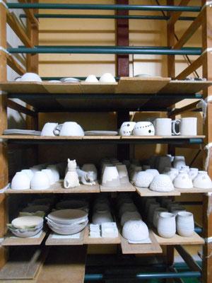 素焼き窯には丁度いいくらいの量だと思うが、本焼き窯にどれを入れるか……