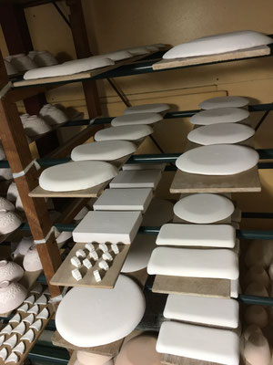 皿の裏面に施釉するより、スプーンと箸置きの小物の方が時間がかかった。