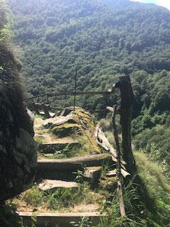 Abenteuerliche Wege hinauf in das hügelige Verzascatal