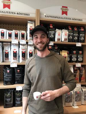 Emanuel Unser bei seinem lokalen Kaffeeröster Hensler, Lindau