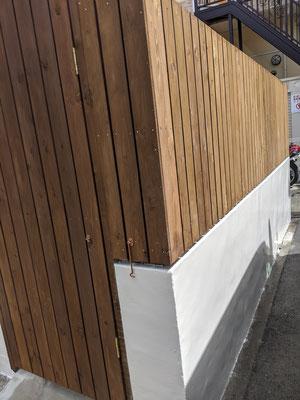 家の周りをぐるりと囲むフェンス