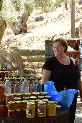観光客向けに、農家が道端で販売する蜂蜜、葡萄からつくられるラキと呼ばれる透明の蒸留酒