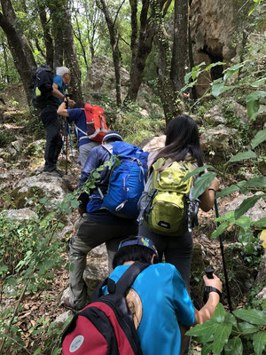 水源を求めて藪のなかを歩く山岳会グループ