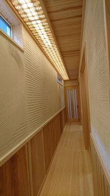 公募型木のまちづくり事業_新築:廊下灯りは松井氏組子細工で造作