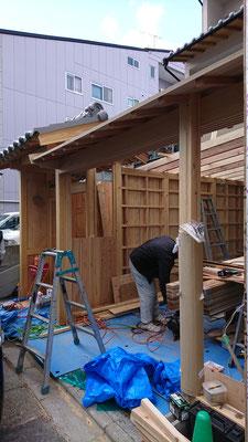 公募型木のまちづくり事業_新築:門扉周囲造作中