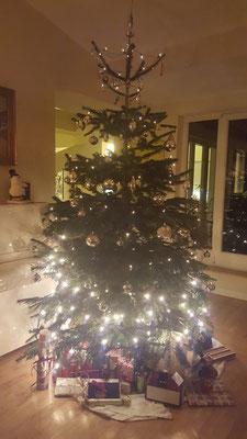 Bild: Tannenbaum mit Manschettenknöpfen als Geschenk
