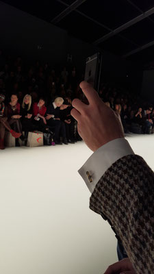 Bild: Handgemachte luxus Manschettenknöpfe bei Anja Gockel in der ersten Reihe bei der Fashion Week Berlin