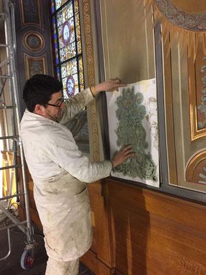 La chapelle avance !! Le peintre, à l'aide de son pochoir et de son pinceau repasse tous les détails de la chapelle, c'est un énorme travail !