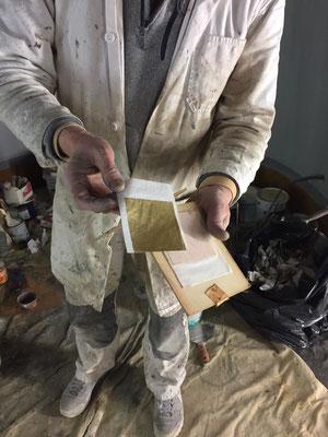 Le peintre va aussi repasser à la feuille d'or tous les filets effacés par le temps.