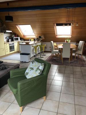 Blick in den offenen Küchen- und Essbereich