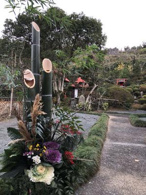 大きな門松、竹を切るところから