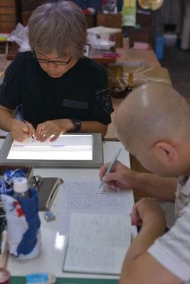 一旦レイアウトや割付けのため、活字でつくられた記事を丁寧に手書きに移し替えていきます。