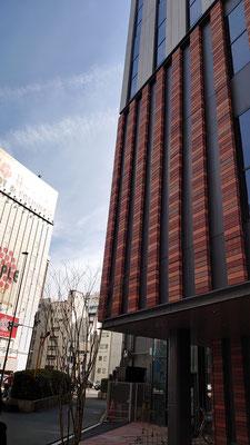 旧万世橋駅舎のレンガ造りをイメージした建物です。