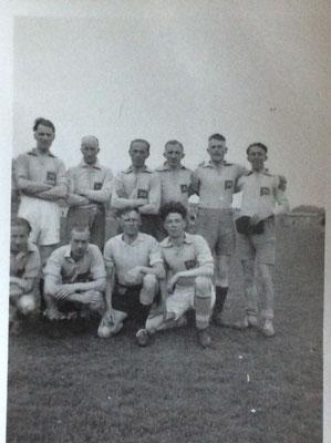 Foto D - Voetbal team. Syberen Johan van der Meulen onderste rij derde links