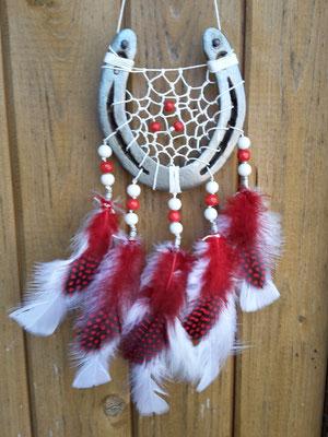 Hochzeits-Glücksfänger Sun in weiß-rot passend zur Liebeshochzeit, mit weißem, gewachsten Baumwollgarn, weißen Truthahn- und Flauschfedern, roten Perlhuhnfedern sowie weißen und roten Holzperlen.