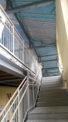 Auch im Mitteltrakt (hier: die Treppe hoch zum ehemaligen Lehrerzimmer) wird entkernt. (11.02.2016)