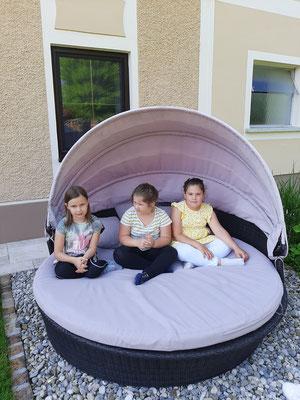 Ein schattiges Plätzchen für Magda, Hannah und Selena