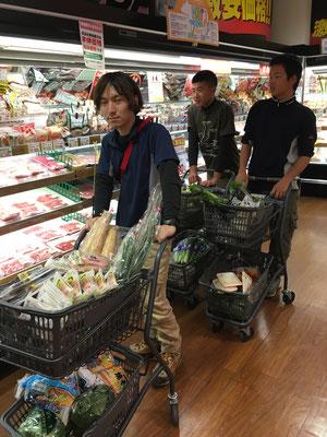スーパーで野菜の買い出し