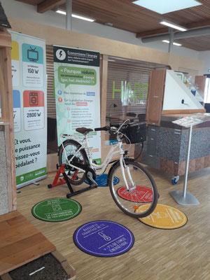 Le vélo générateur intégré à l'expo sur les consommations électriques .