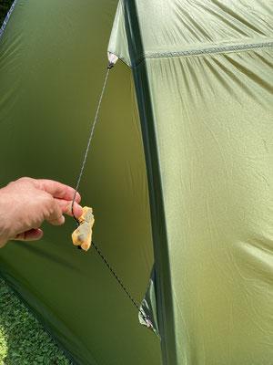 Doppelfixierung an den Poles zum Abspannen des Zeltes