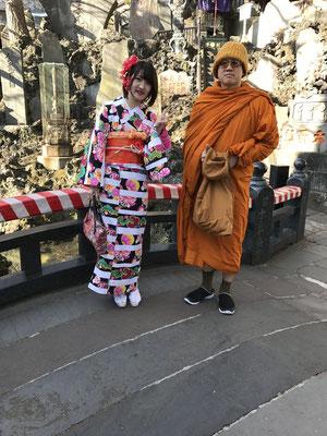 成田山の亀の池の前での海外のお坊様・・・着物とても素敵ですと日本語でお声かけていたきました。