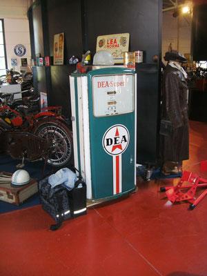 Dea-Zapfsäule im Vintage Motor Museum im belgischen Brügge.